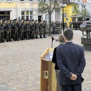 Cérémonie militaire sur la place, devant la mairie de Donaueschingen.