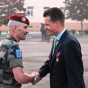 Remise de la médaille de la défense nationale à Thorsten Frei par le colonel Reche.