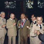 Portes ouvertes du 110, avec le col Paroldi (73-75), le président de l' amicale du 110, M. Fournier, le Gal Pitel, le col Cot.