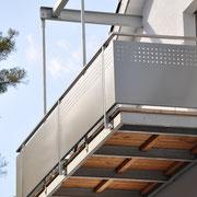 Balkonkonstruktion aus Stahl, Geländer aus Edelstahl, Füllung Alu pulverbeschichtet