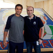 Ernesto con el tenista español David Ferrer. Por cortesía de Ernesto Fernández.
