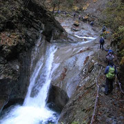渓流のすぐわきをクサリを持って進みます