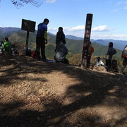 岩茸山山頂は大勢の方が昼食
