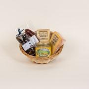 Ein Picknick ohne Schnickschnack, 1 Stück Hochmoor-Chäs halbhart, würzig-jung, 1 Stück Hochmoor-Chäs hart, mild-würzig, Toggenburger Honig, 1 Paar Rauchwürste, 1 Säckli getrocknete Zwetschgen