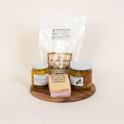 Hochmoor-Chäs mit Süss-Saurem, 1 Hochmoor-Fondue fixfertig 2 Personen, 1 Stück Hochmoor-Chäs hart, mild-würzig, 1 Glas Süss-saures, 1 Glas Curry Birnen