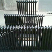 Radiateurs en fonte dans un style déco industrielle laqués noir mat
