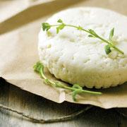 フェタ: 羊のミルクが伝統的、今では牛やヤギ。