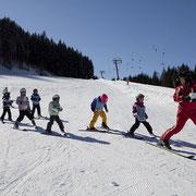 2 Skischulen sorgen dafür daß auch die Kinder Skifahren lernen