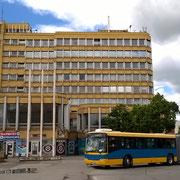 Dieses Hochhaus beherbergt u.a. den Ticketschalter der Busgesellschaft TükeBusz