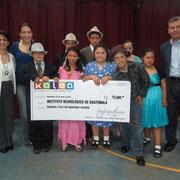 Lorena Forno, del Instituto Neurológico de Guatemala, Alejandra Grajeda y Roberto Leal, representantes de Kalea, junto a los niños beneficiados del ING.