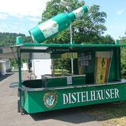 Bierwagen steht und sit bestückt