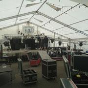 Die Bühne für die Band wird noch aufgebaut