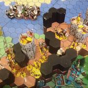 Reich der Mitte (gelber Sockel), im Hintergrund die Flotte von Katzada (weißer Sockel)