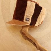 サイドのモサモサとの相性が抜群の 触れてみたくなるかわいい帽子