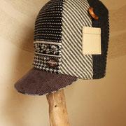 優しいモノクロの雪の背高帽子