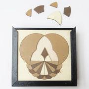 Je kunt de puzzel steeds weer veranderen doordat de houten vormen aan beide zijden gebruikt kunnen worden.