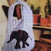Latz dunkelblau mit Elefant