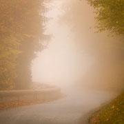kronkelweg met mist in de franse alpen