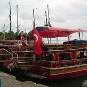 ausflugsboote im hafen antalya