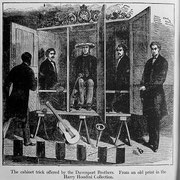 Bild der Davenport Brüder in ihrem Kabinett (Buchausschnitt, Public Domain). #Kabinett #Medium #Spiritismus #paranormal