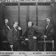 Fotografie der Davenport Brüder in ihrem Geisterkabinett (hinten). (Public Domain) #Kabinett #Medium #Spiritismus #paranormal