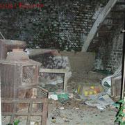 Wie man sieht, steht im Schuppen einiges an Gerümpel. Ganz hinten rechts ist die Treppe ins Obergeschoss zu sehen.
