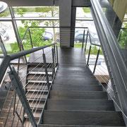 Treppe zwischen unterer Ebene und Galerie