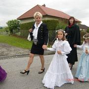 Beim Einzug in die Kirche mit Taufpatin Tante Heli