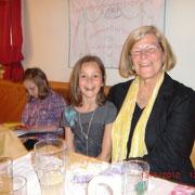 Beim Dorfheurigen schon in den Spielklamotten mit Mamas Tante Christa!