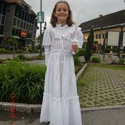 Die stolze Nina im Erstkommunionskleid