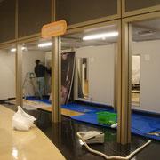 常設展示バックパネルを設置しているところです。