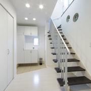 玄関ホール:2階から光が降り注ぎ明るいホールに。丸いニッチがアクセント。
