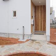 ポーチ:杉板を張ることで温かみと外壁とのコントラストを演出。
