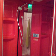La doccia con luci a led che cambia colore a seconda del calore dell'acqua