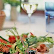 季節の前菜盛り合わせと白ワイン