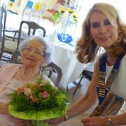 Unsere Präsidentin übergibt Blumen...