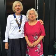 Geschafft! Präsidentschaftsübergabe - Eva Teubig und die Pastpräsidentin Renate Kress