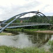 Der Weser-Radweg führt über den noch beschaulichen Fluss.
