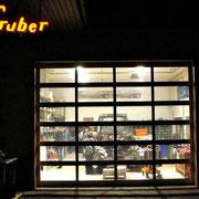 Einblick in die Werkstatt bei Nacht