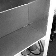 Das Brust-Beckenschild wird (wenn Sie im ORAC sitzen) so auf die Auflageleisten gelegt, dass die Bleche nach unten (zum Oberschenkel) und zu Ihnen (zum Brust- Beckenraum) gerichtet sind.