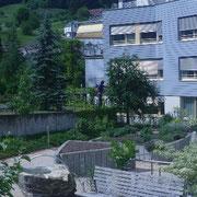 Demenzgarten - Bereich Ernte: Gartenhochbeete in unterschiedlichen Höhen auch für Rollstuhlfahrer bearbeitbar.