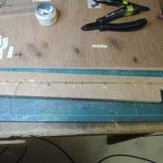 Pour faire des commandes rigides il faut : des barres de laiton de 0,5mm, des tout petits bouts de rails N perçés pour laisser passer les barres, de la soudure liquide.