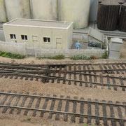 Il reste bien peu de place pour laisser passer les agents de la gare avec ces barres rigides.