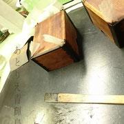 木地固めの後。木の継ぎ目に和紙を貼って補強します。接着には糊漆を使います