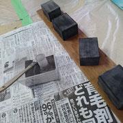 下地作業。漆を塗って、乾く前に地の粉を蒔き付ける「蒔き地」の方法です