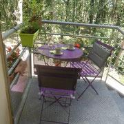 Une petite terrasse avec vue sur le sous bois pour prendre petit déj. et café