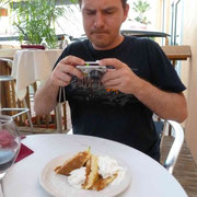 und Er strengt sich an, den leckeren Nachtisch zu fotografieren...