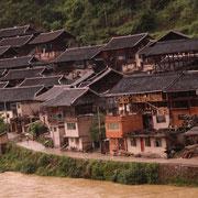 Villaggio Miao su riva fiume- Miao village on the river banks