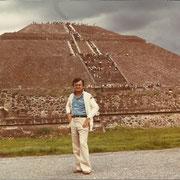 Beppe ai piedi della Piramide del Sole