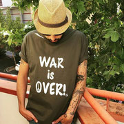 "Jorge Grau (Road Manager Leiva, Pereza, Zahara...) con camiseta ""War Is Over"""